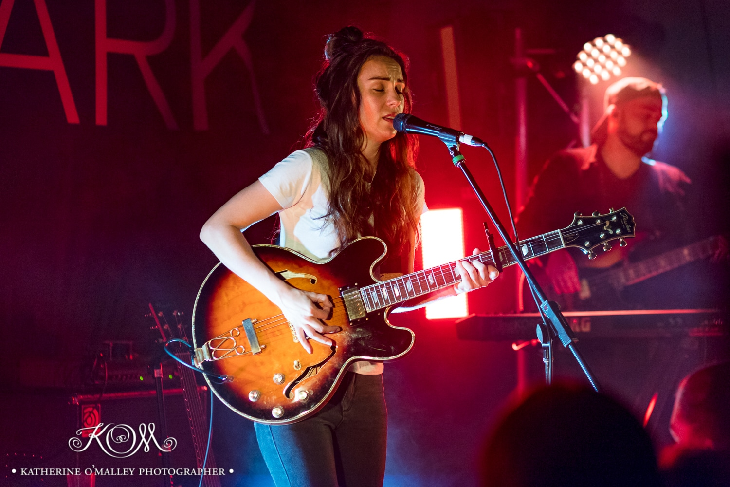 Amy Shark @ Woolly Mammoth, Brisbane.  Shot for Amnplify. © katherine o'malley, 2017